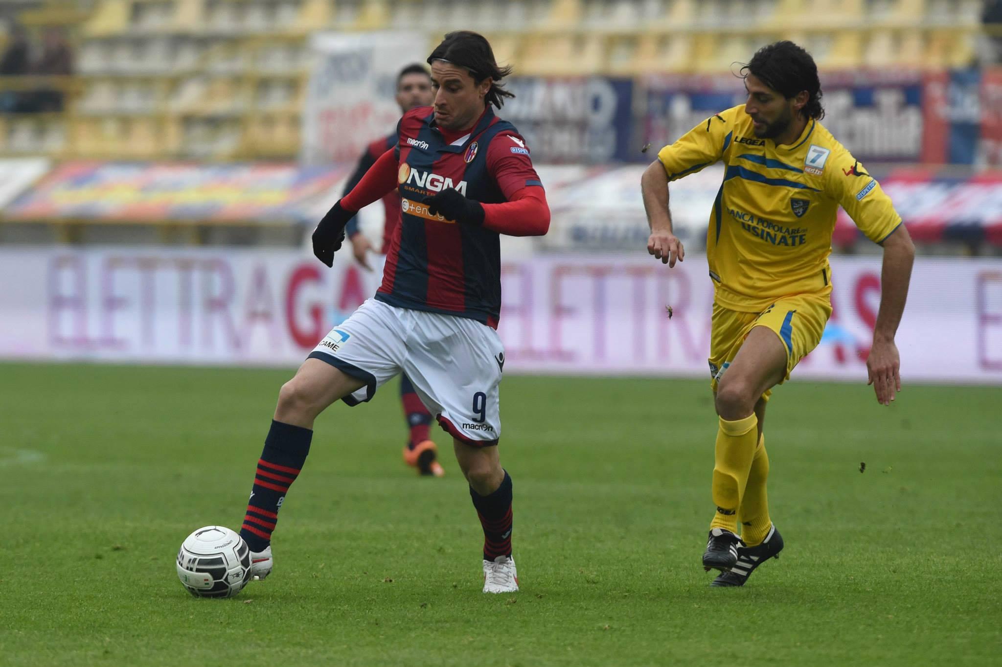 Cacia in azione con la maglia del Bologna. Col gol di lunedì è alla rete n. 100 in Serie B