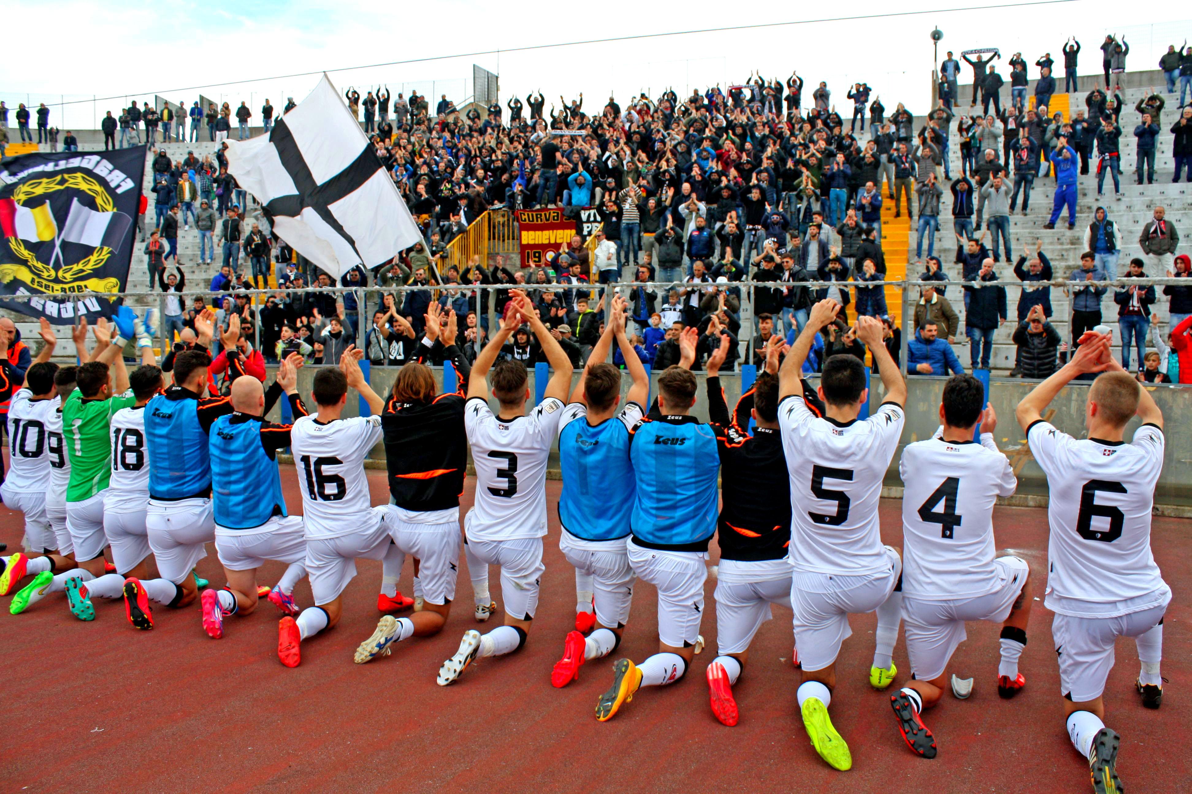 I giocatori del Savoia salutano il loro pubblico, che li sostiene nonostante l'emergenza