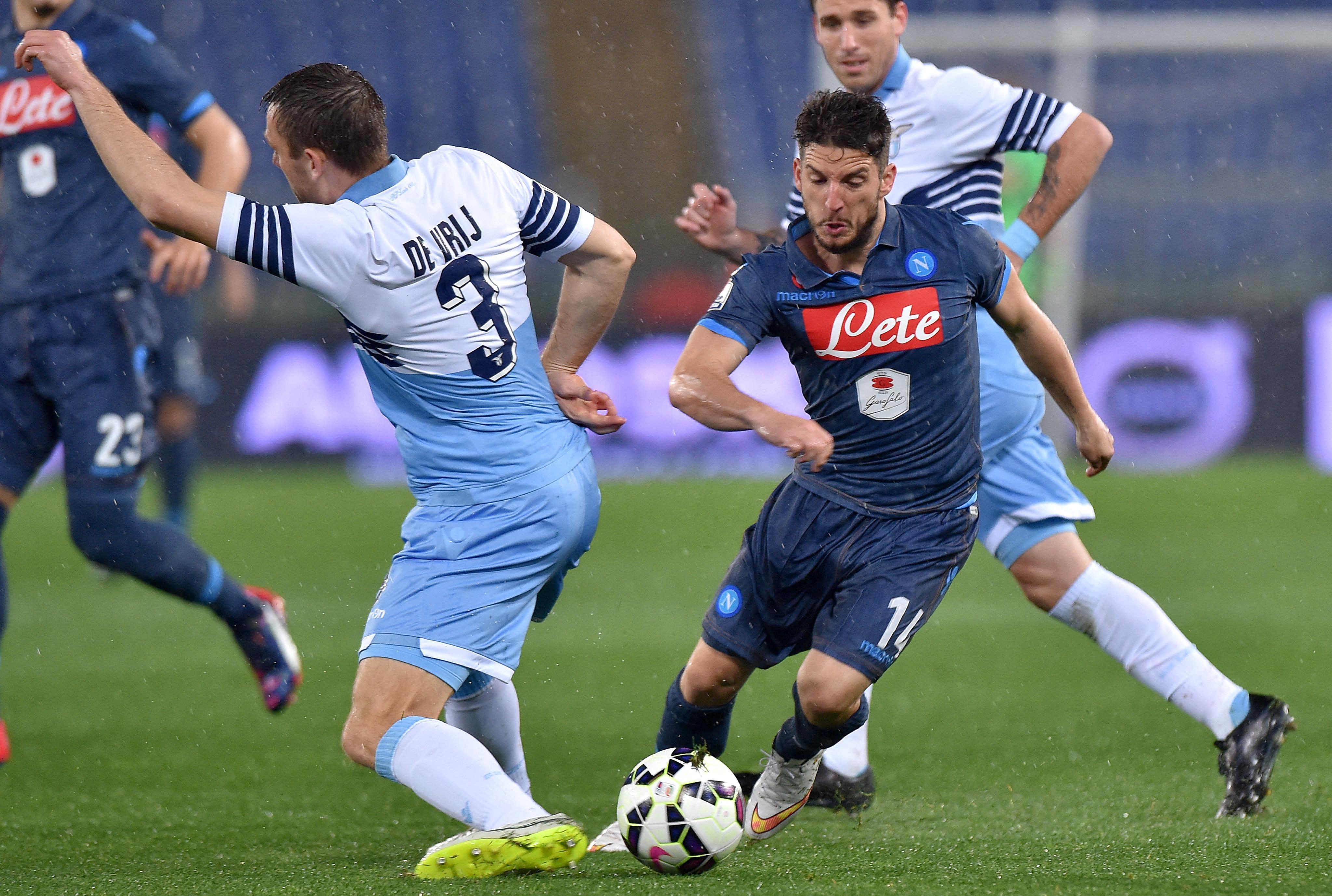 Mertens sfida De Vrij in un'azione di gioco di Lazio Napoli, andata della semifinale di Coppa Italia