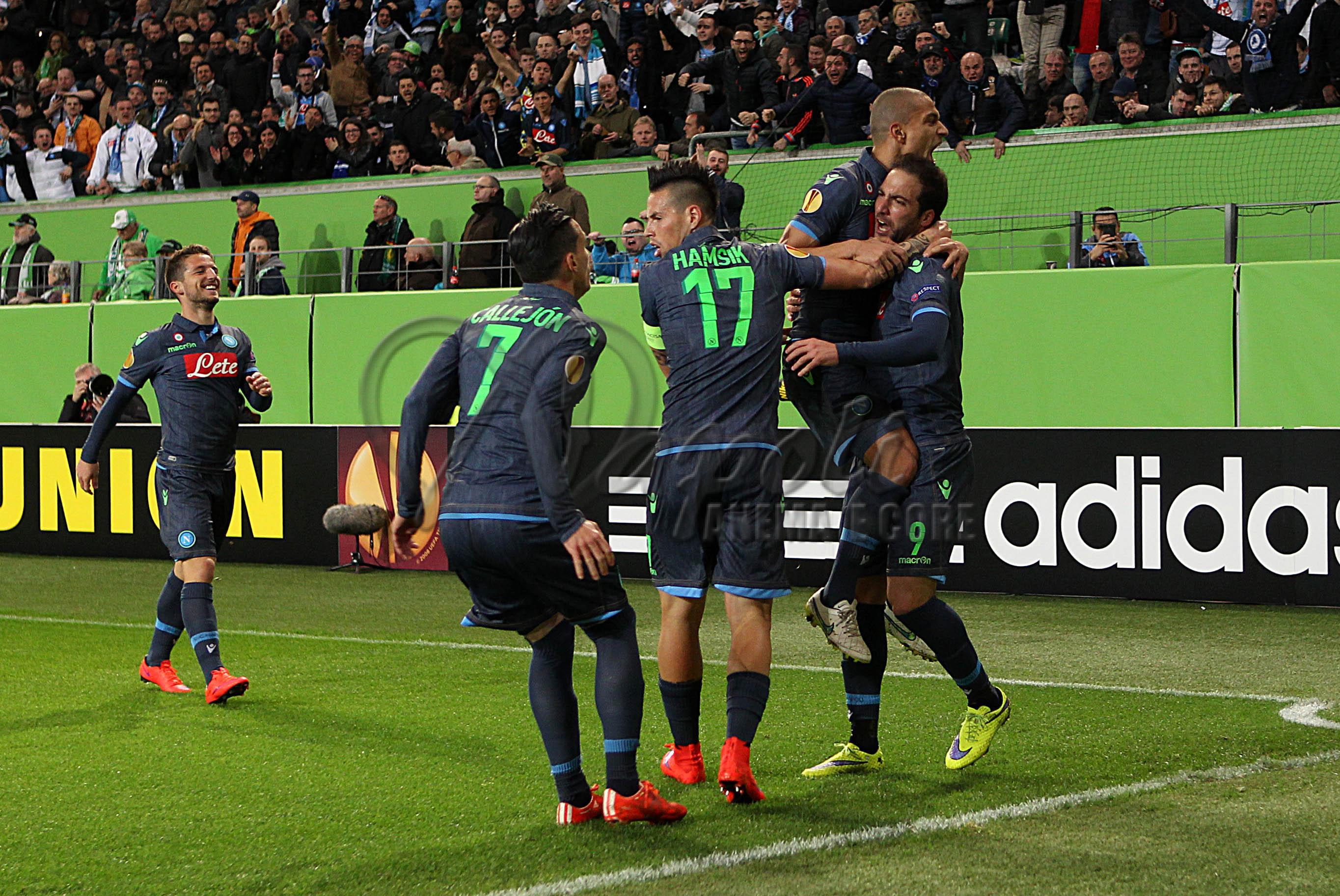 La gioia del Napoli dopo il gol iniziale di Higuain alla Volkswagen Arena di Wolfsburg