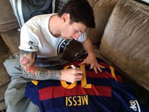 Messi autografa maglia a Ronaldinho