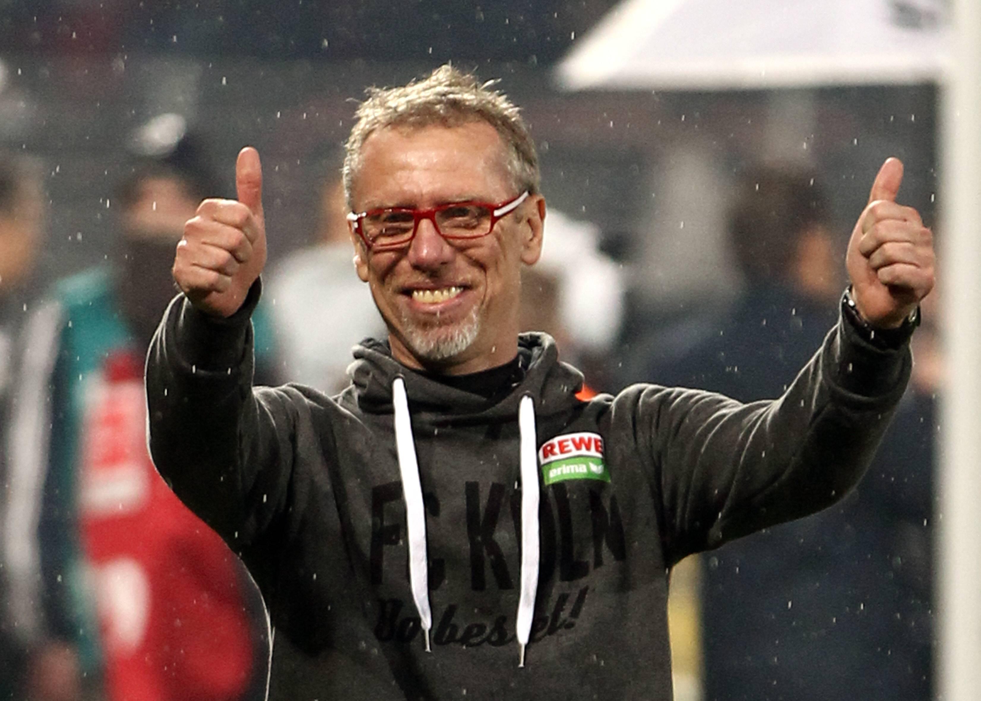 Trainer Peter Stöger bei den Fans Freude Emotion jubelnd Jubel nach Spielende Fußball Fu
