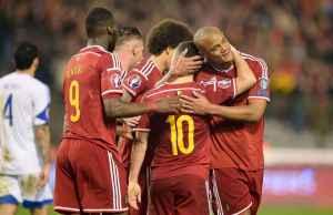 Witsal, Alderweireld, Benteke, Hazard e Kompany mentre celebrano un gol
