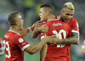 Xherdan Shaqiri, Granit Xhaka e Valon Behrami mentre celebrano un gol