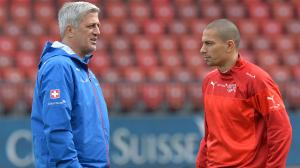 Vladimir Petkovic a colloquio con il capitano della Svizzera, Gokhan Inler