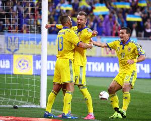 Andriy Yarmolenko mentre festeggia un gol con i compagni