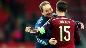 Leonid Sluckij, CT della Nazionale Russa mentre abbraccia Roman Širokov