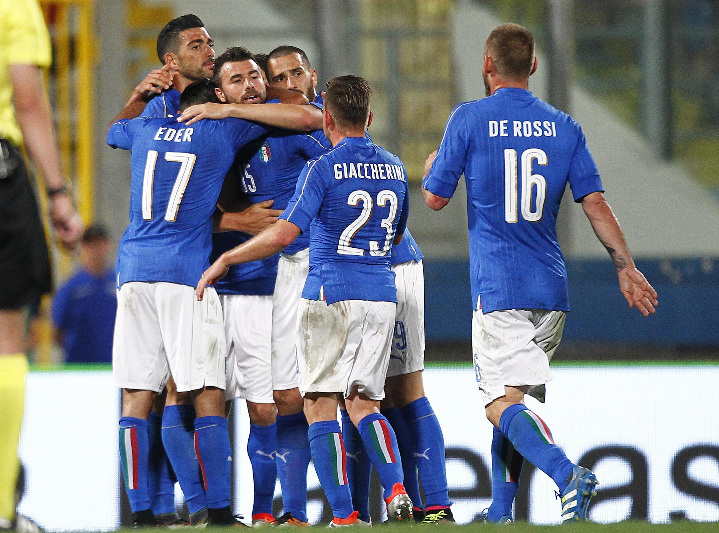 La Nazionale Italiana mentre celebra il gol di Graziano Pellè contro la Scozia