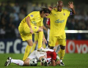 Un contrasto di un giovane Gonzalo Rodriguez in maglia Villarreal